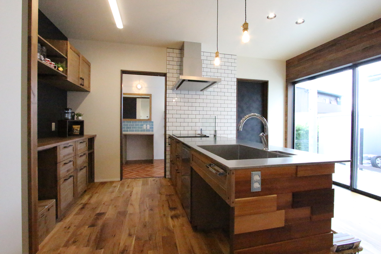 永太建工【1000万円台】まるでカフェのようなオリジナルキッチンは、デザイン性だけでなく機能性も抜群、家事ラク動線で奥さまも大満足。ドアの枠を黒にしたことで、部屋が締まりオシャレな空間に