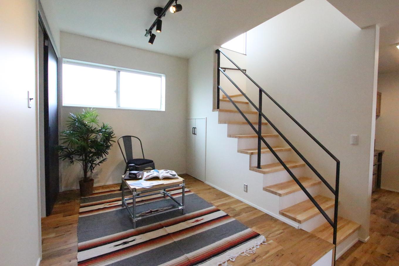 永太建工【1000万円台】来客時にも便利な小上がりスペース、その奥にはウォークインクローゼットと階段下収納を。リビングと繋がっているので、子どもが小さい間はキッズルームとしても活用できる。小上がりの床下には引出し収納も