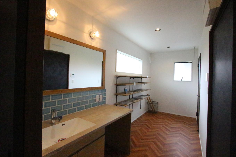 永太建工【1000万円台】共働き夫婦に嬉しい5畳の家事室は、洗面所と同じ空間にあることで広々と感じる。洗濯物を洗う・干す・たたむ・しまう、の家事動線が短くて済むのでストレスフリー。また、キッチン横にあるのでパントリーとしても活用できる