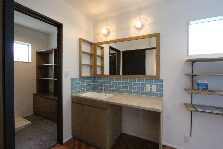 永太建工【1000万円台】ブルーのサブウェイタイルで個性を出した洗面台は、『永太建工』オリジナル。横幅を広く作ってあるので、忙しい朝も洗面所で混雑せずに家族並んで身支度できる