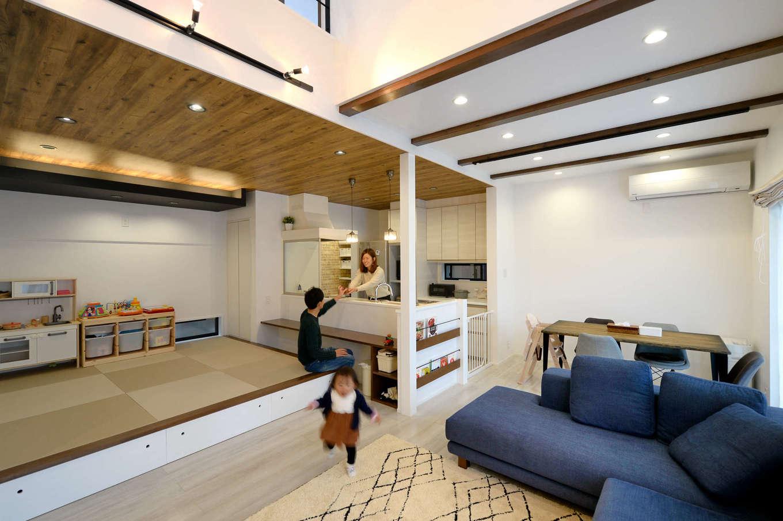 キッチンの真横にダイニングテーブルを配置したことで、共働き・子育て奥さまの家事時間を短縮。現しの梁がシンプルな空間にアクセントを添える。キッチン前のカウンターは将来的に子どものスタディコーナーに