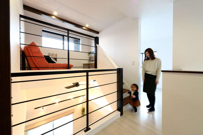 吹抜けの一部を活かして作った書斎は、2.5階のボーナス空間。低い階段で上がれるので、子どもの遊び場や秘密基地としても活躍しそう