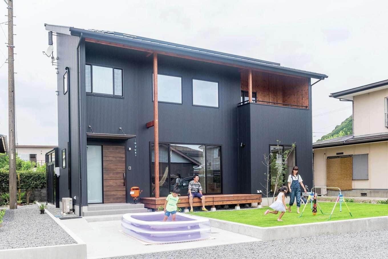 アトラス建設【デザイン住宅、自然素材、間取り】シャープさと木の優しさがマッチした外観。木部は耐久性を考慮しドイツ製の自然塗料で仕上げた。将来、蓄電池やEV車に対応するため先行配線も施されている