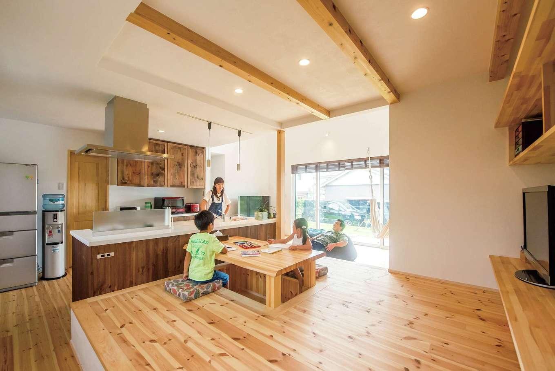 アトラス建設【デザイン住宅、自然素材、間取り】ご主人が希望した上げ床&掘床式のダイニング。家族が集う時間が増え、くつろぎが演出される。段差を利用した収納も便利