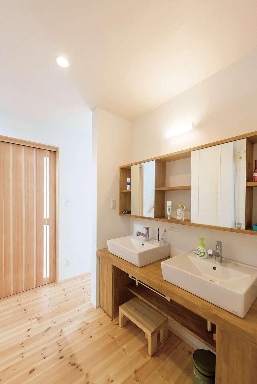 アトラス建設【デザイン住宅、自然素材、間取り】2つのボウルと適所に用意されたコンセントのおかげで朝の身支度もスムーズ。木部はイギリス製の天然ワックス仕上げ