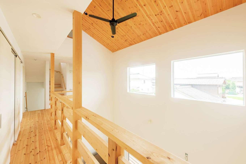 アトラス建設【デザイン住宅、自然素材、間取り】2階は個の時間と家族の時間の融合がテーマ。無垢の勾配天井が開放感にあたたかみを添える