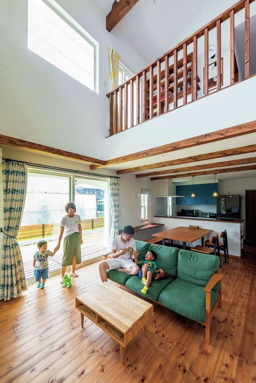 アトラス建設【デザイン住宅、子育て、趣味】無垢材と漆喰に囲まれた室内は、肌触りも空気も心地よい。ダークブラウンに統一した木の塗装には、100%天然のドイツ製自然塗料を使用