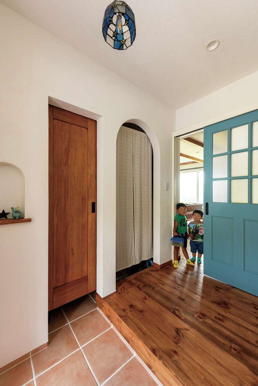 アトラス建設【デザイン住宅、子育て、趣味】玄関横のクロークは土間側が無垢の吊り戸、ホール側がアーチ開口で行き来ができる
