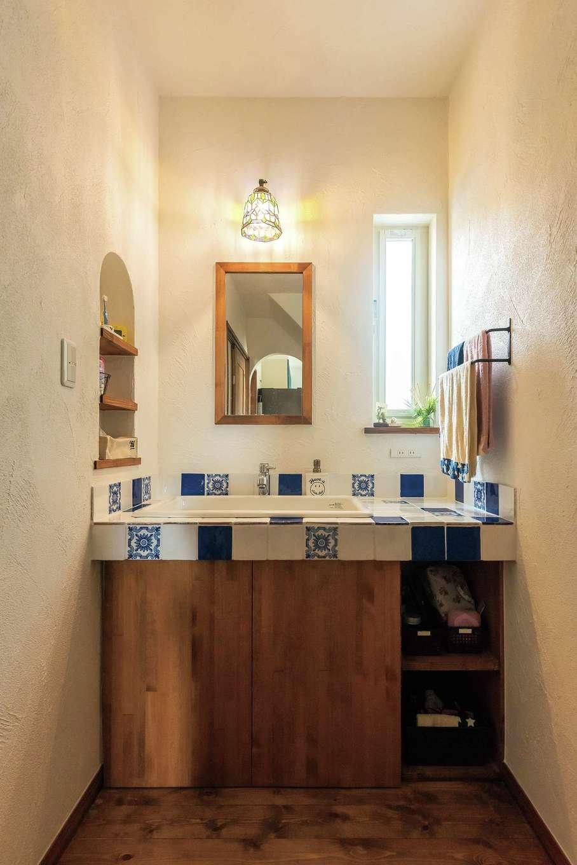 アトラス建設【デザイン住宅、子育て、趣味】オリジナル洗面台とトイレの床はタイルでコーディネート。夫妻自らメーカーのショールームに出かけて選んだお気に入り