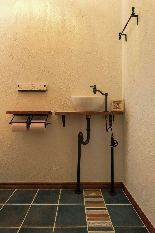 アトラス建設【デザイン住宅、子育て、趣味】トイレの壁も吸湿性の高い真っ白な漆喰。可愛らしいタイルの床が映える