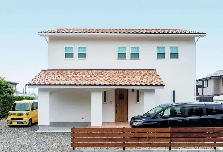 アトラス建設【デザイン住宅、子育て、趣味】玄関ポーチのタイルはイタリア製。1枚1枚焼き方が異なる素焼きの洋瓦が味わい深い