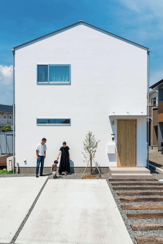 アトラス建設【デザイン住宅、収納力、自然素材】外観デザインは主張しすぎず、それでいてセンスを感じさせる。エントランスの枕木は実際に線路で使用されていたもの