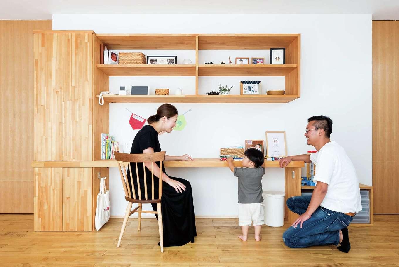 アトラス建設【デザイン住宅、収納力、自然素材】リビングにあるデスクカウンター。小学生になった長男をイメージして、ランドセルのフックも用意。収納棚は将来仏壇にも転用できる