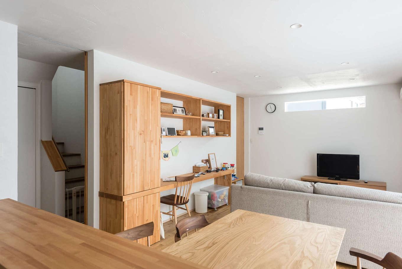 アトラス建設【デザイン住宅、収納力、自然素材】リビングのソファに座れば高窓からは空が見える。一面の白い壁の中にぽっかり浮かぶ青空はピクチャーウィンドウのよう