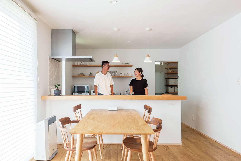 アトラス建設【デザイン住宅、収納力、自然素材】キッチン背後の飾り棚は建築中の現場で高さを調整。どうしても目立ちがちな冷蔵庫は奥のパントリーに設置した