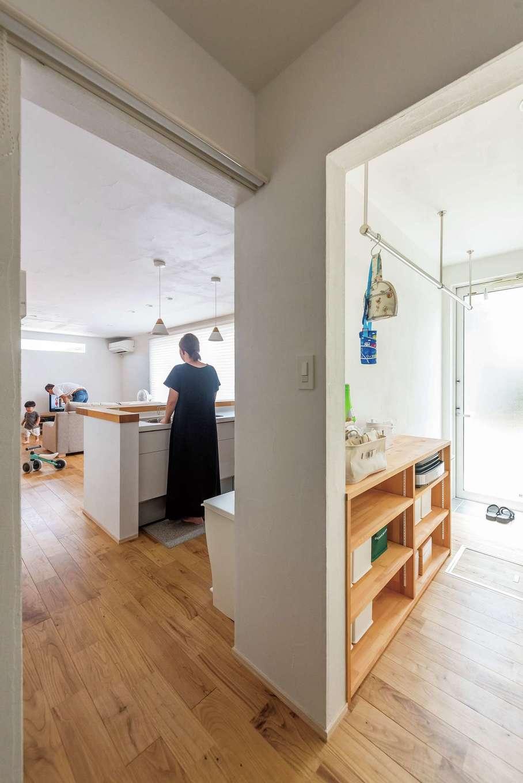 アトラス建設【デザイン住宅、収納力、自然素材】キッチンの裏側には室内干しもできる家事室が。その対面には浴室があり、水回りがまとまった便利な動線