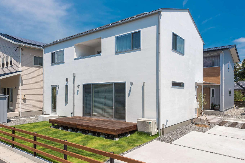 アトラス建設【デザイン住宅、収納力、自然素材】ウッドフェンスやウッドデッキ、庭の芝生などの外構工事もすべて予算内で。4.05kwの太陽光発電システムを搭載してZEH(ゼロ・エネルギー・ハウス)に認定
