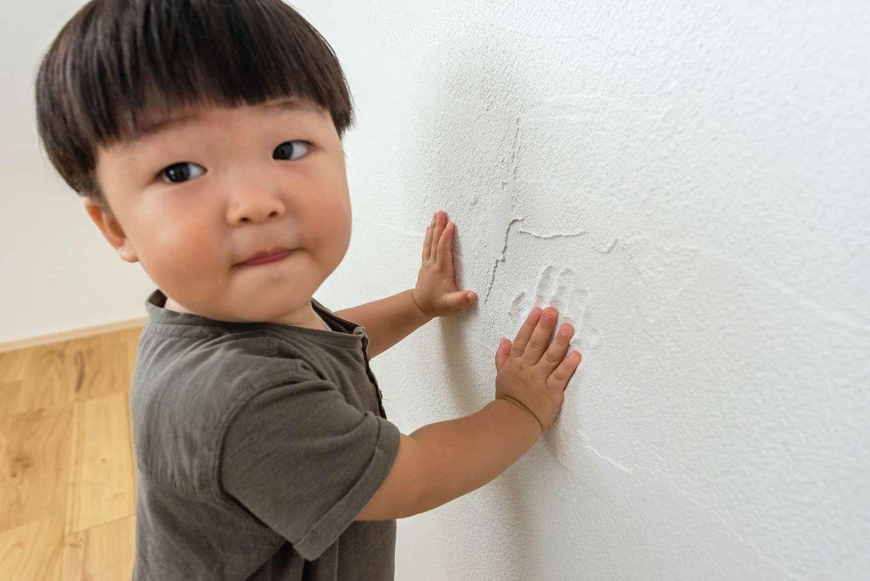 アトラス建設【デザイン住宅、収納力、自然素材】『アトラス建設』では、漆喰壁の一部を施主さんに仕上げてもらっている。記念に手形を残す恒例行事は、家族の大切な思い出になると好評だ