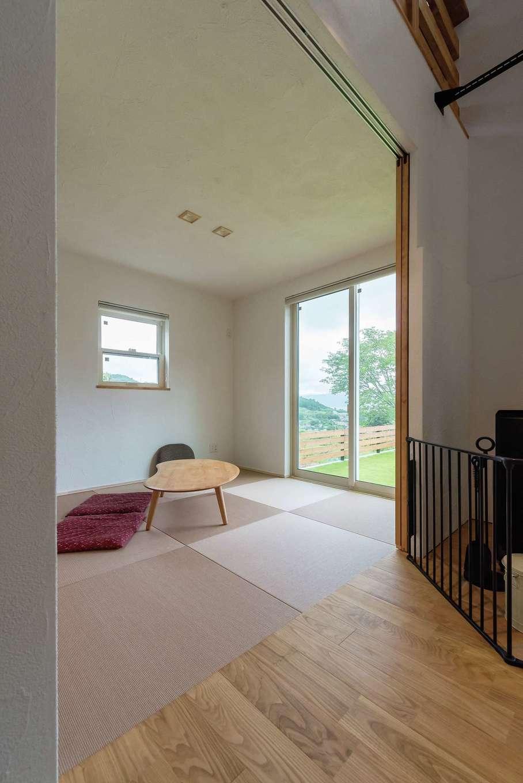 アトラス建設【デザイン住宅、趣味、自然素材】洋間とも違和感なくつながる和室には、耐久性のある和紙タタミ