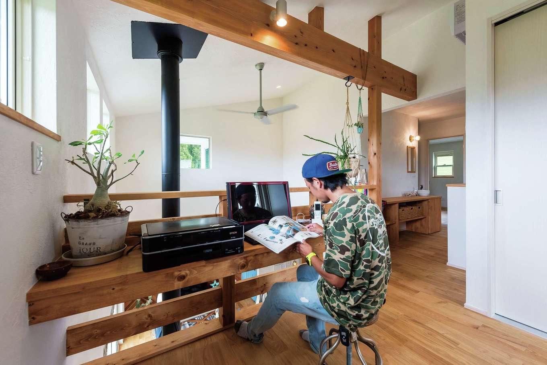 アトラス建設【デザイン住宅、趣味、自然素材】ちょっとしたデスクワークにも使える2階フリースペースでは、カフェのようなリラックスタイムを過ごせそう