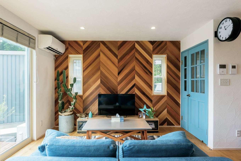 アトラス建設【デザイン住宅、趣味、自然素材】リビングの壁はご主人念願のヘリンボーン。職人さんが3日がかりで仕上げてくれた力作