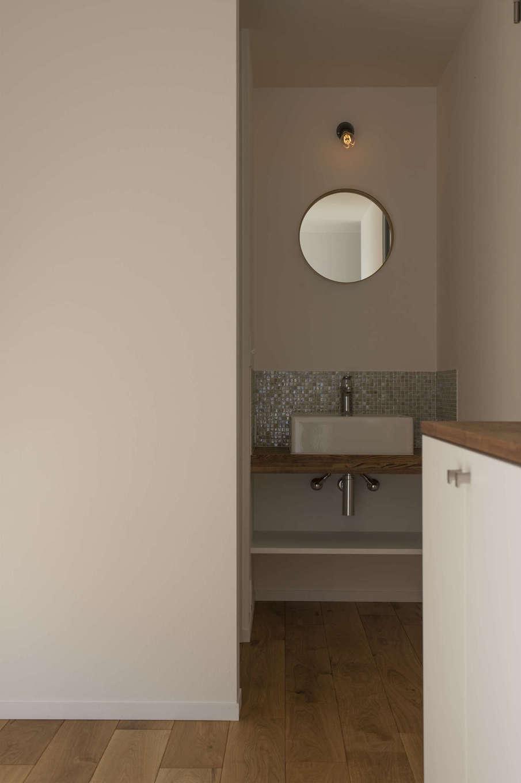 丸鏡、タイル、スポットライト、1つ1つの要素にこだわり、玄関からも見映えがする洗面スペース。玄関を上がって、手を洗い、LDKへ。スムーズな生活動線に導かれ、子どもも自然と手洗いの習慣が身についた
