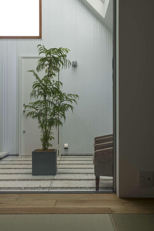 和室から眺める中庭は枯山水を思わせる静寂さを漂わせ、LDKからの眺めとはひと味違った情緒を堪能できる