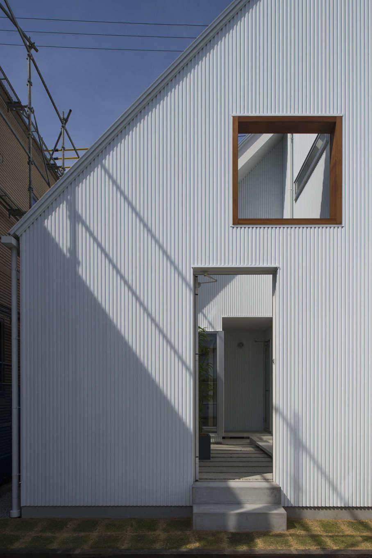 三角屋根の白い建物には、中庭に通じる入り口がある。四方を建物や壁で囲った中庭は、家族だけのプライベートスペース。周囲を気にせず、思いのままに家族の時間を満喫できる