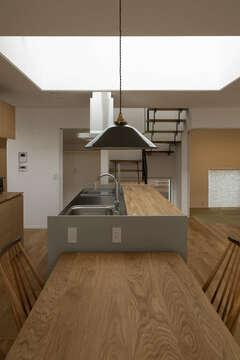 こだわりのアイランドキッチンに愛着が深まる家