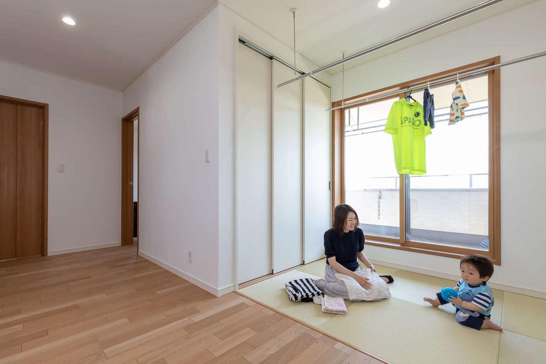 家中で最も日当たりのいい場所に設けた2階のユーティリティスペース。ハイハイする子どもの様子を見ながら部屋干し、そのまま畳の上でアイロンがけもでき、奥さまの家事時間を大幅に短縮