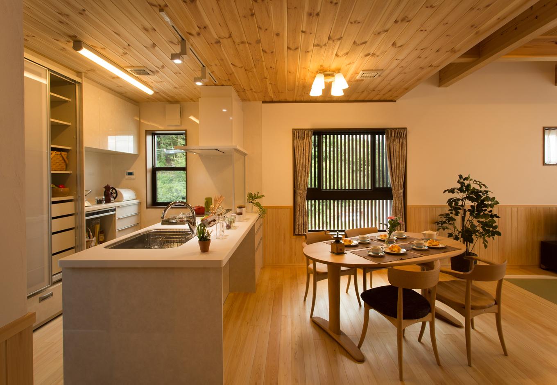 創住環【収納力、自然素材、省エネ】「1番よく使う場所だから」と、奥様がこだわったキッチンは自動掃除機能付き換気扇や、大容量のパントリーが用意され使い勝手抜群だ。LDKは壁の腰板まで木曽ヒノキを、天井にはパイン材を使用