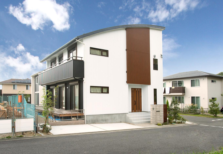 創住環【収納力、自然素材、省エネ】閑静な住宅街にたたずむI邸。穏やかなカーブを描く屋根がモダンだ