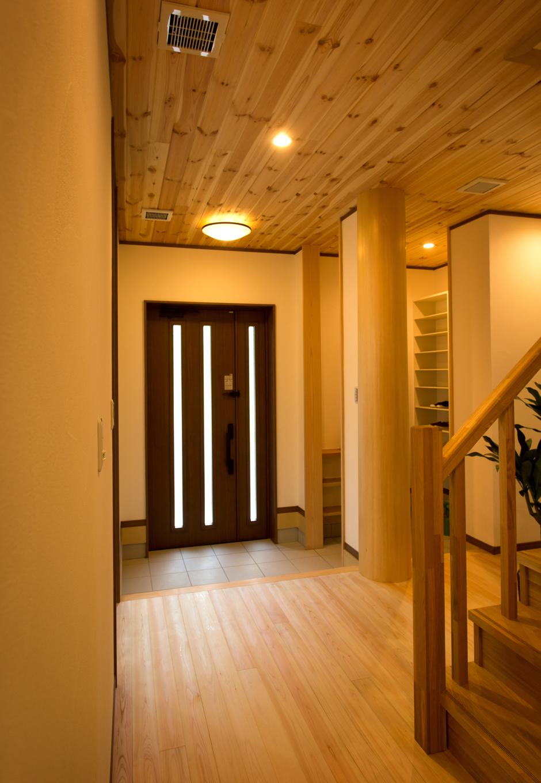 創住環【収納力、自然素材、省エネ】玄関ホールの柱は、樹齢90年、直径36cmの木曽ヒノキを活用