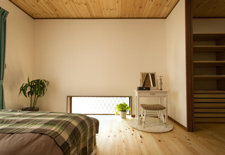 創住環【収納力、自然素材、省エネ】ウォークインクローゼットを備えた奥様の寝室。採光窓からの光が優しく広がる