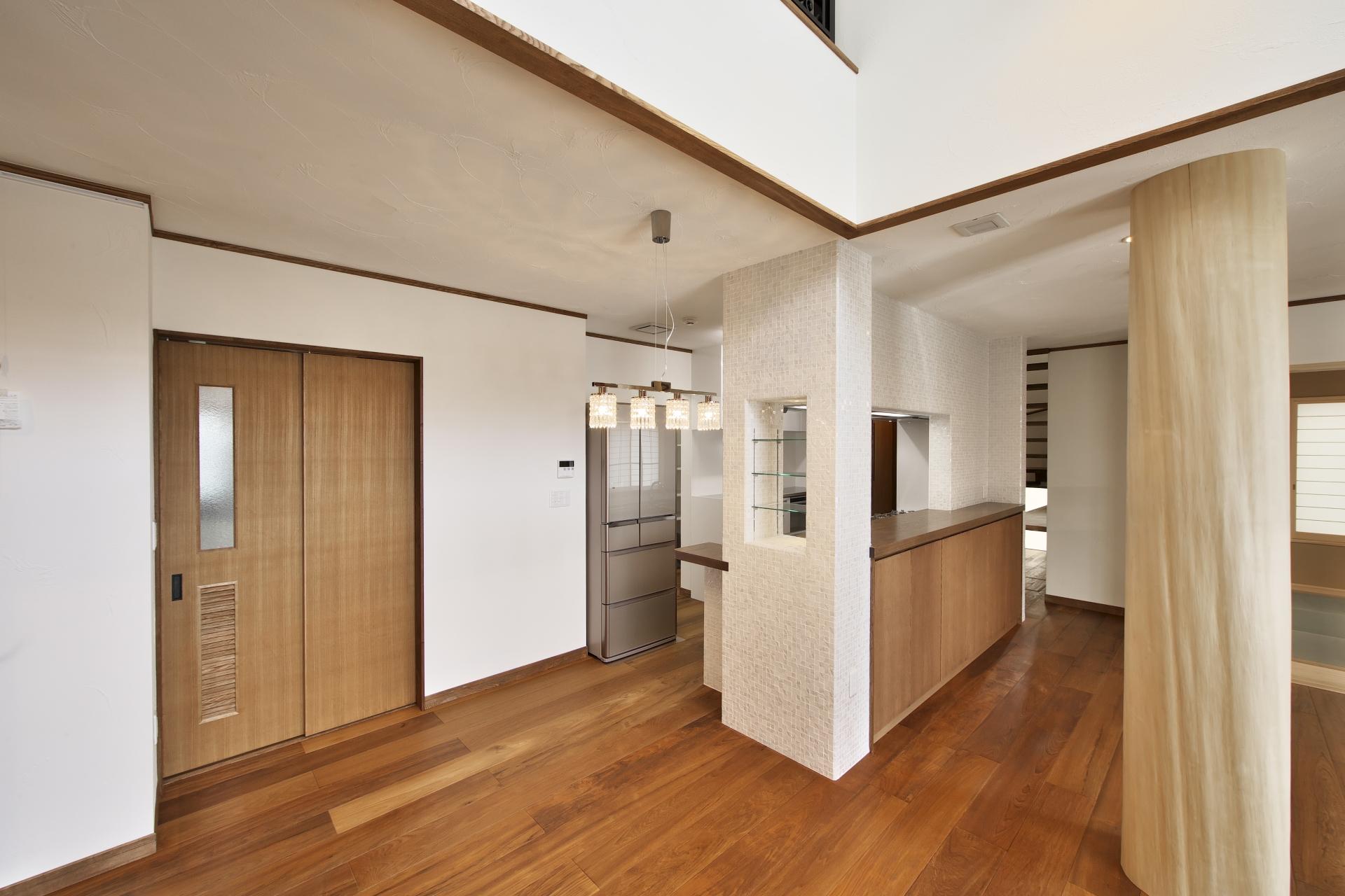 創住環【自然素材、省エネ、高級住宅】素材にも妥協ない。壁はスイス漆喰、45cmほどある大きな柱は檜、18㎝と幅広の床材はインドネシアからとりよせた無垢のチーク材