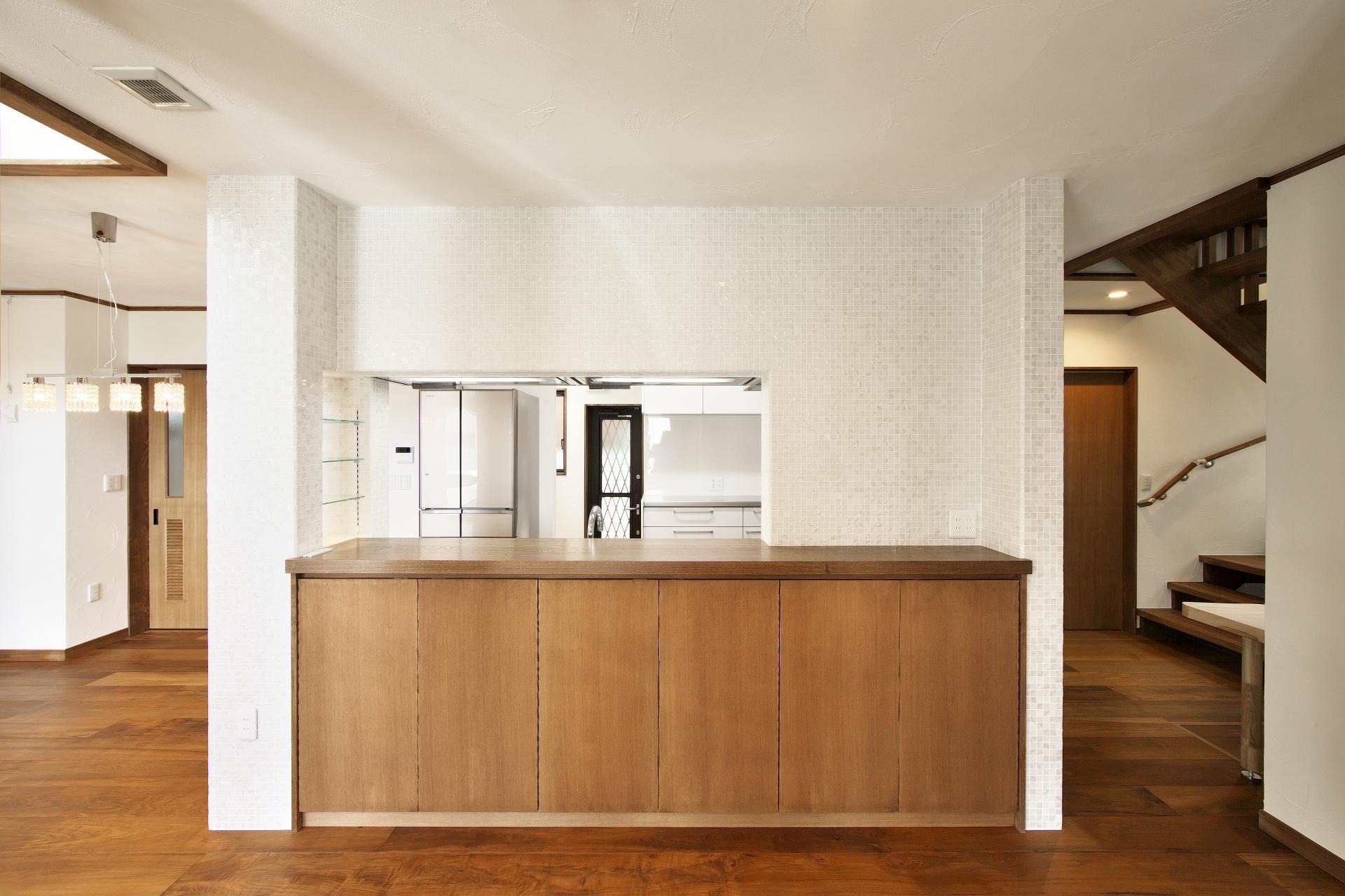 創住環【自然素材、省エネ、高級住宅】オーダーで作ったカウンター収納が便利なキッチン