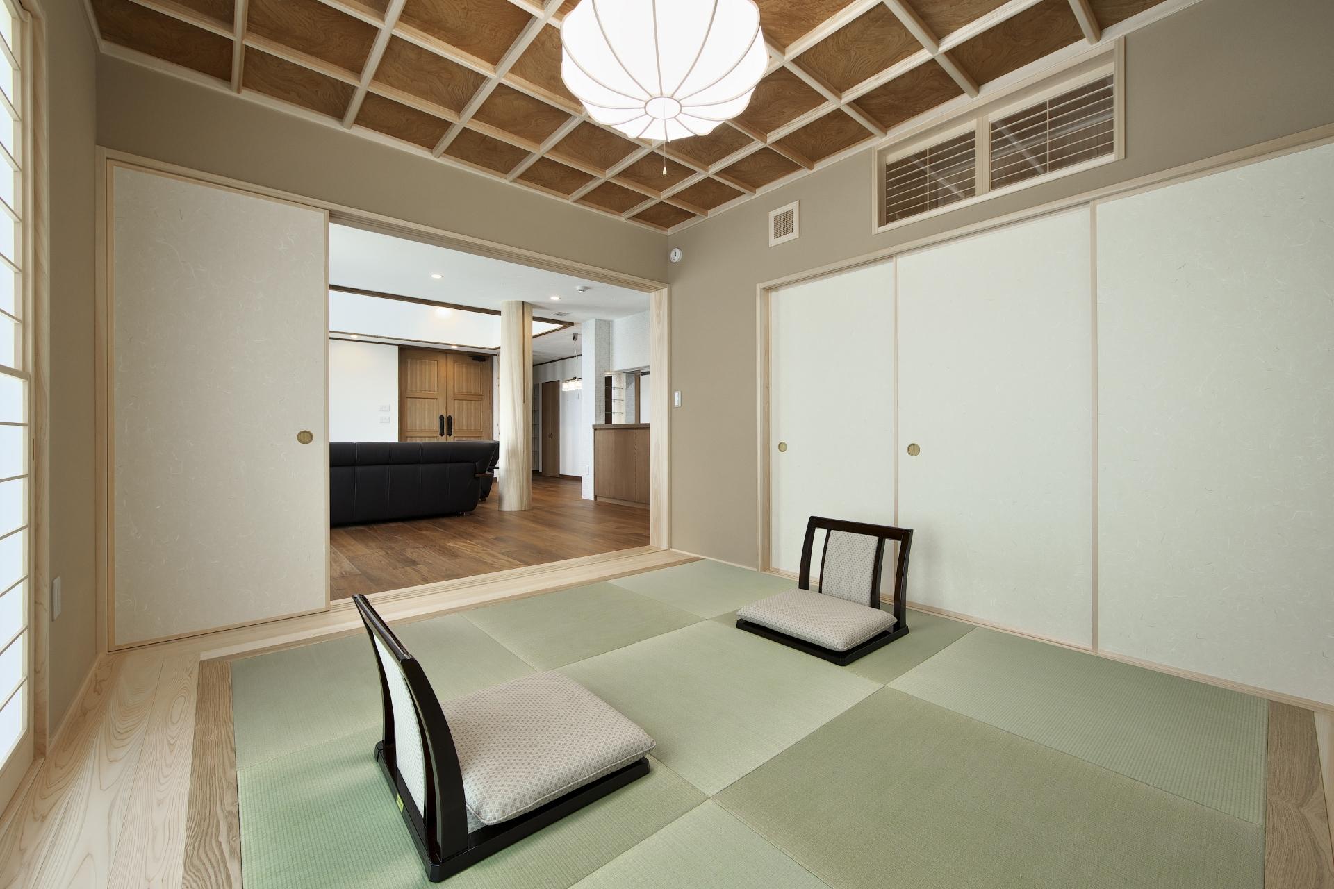 創住環【自然素材、省エネ、高級住宅】リビングと繋がった和室は沖縄にいる母が来た時のために設けたもの。ケヤキの天井をベースに、檜で格子状にする匠の技が光る