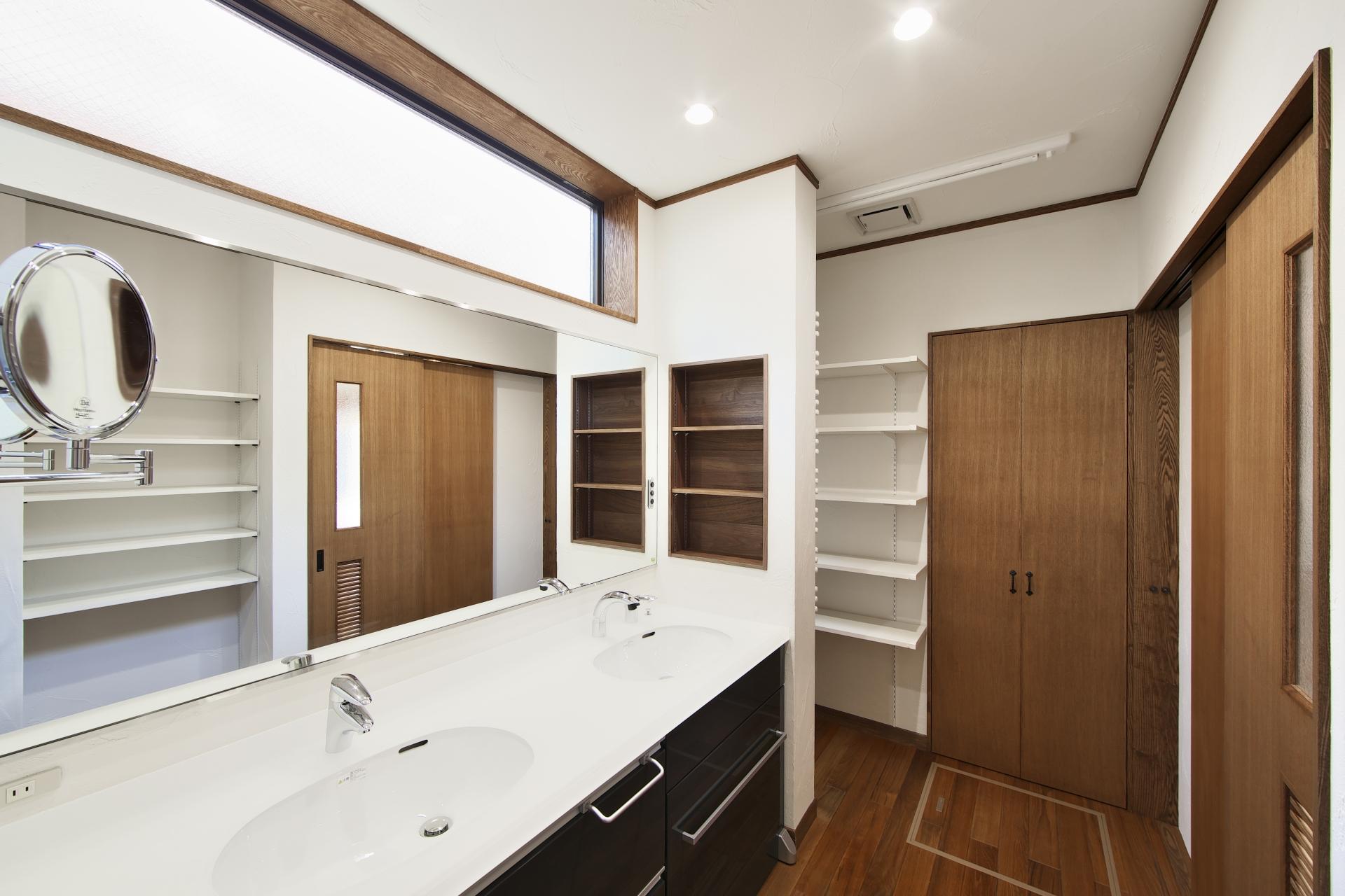 創住環【自然素材、省エネ、高級住宅】2面鏡の大きな洗面台。裏にはタオルウォーマーもあり、生活のしやすさも抜群