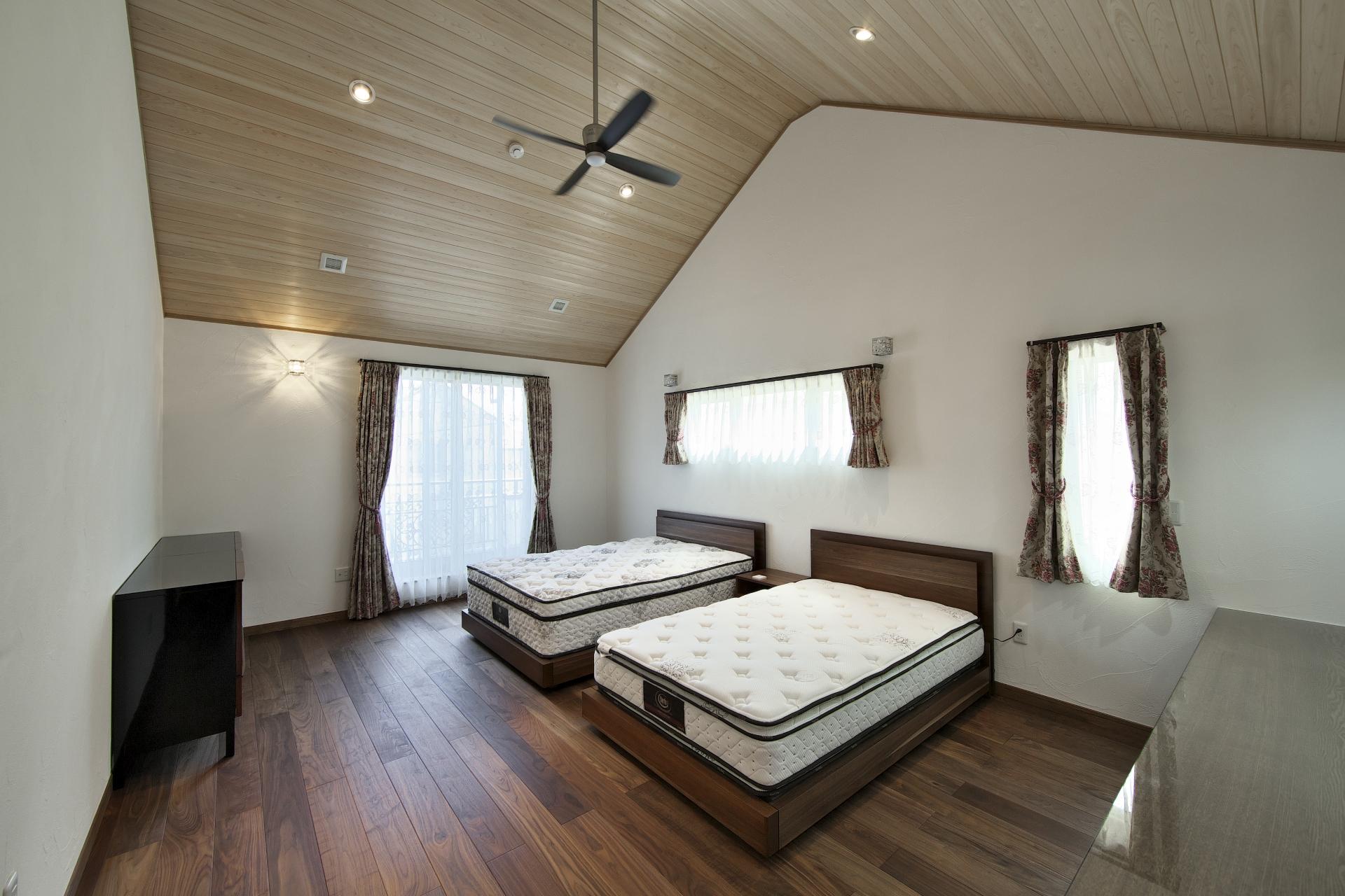 創住環【自然素材、省エネ、高級住宅】高いところで3m40cmほどある寝室。ウォールナットの床と節の無い無垢の檜の天井が高級感を演出する