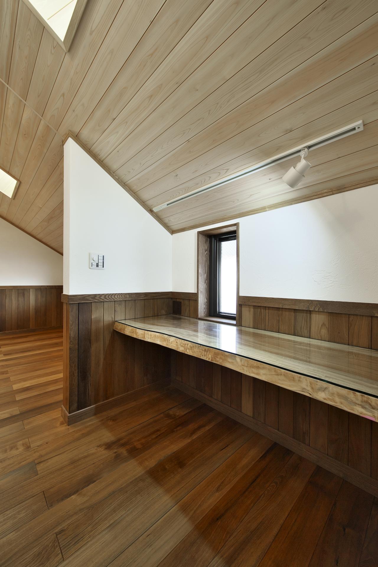 創住環【自然素材、省エネ、高級住宅】子供部屋はトチの木で作った造作のデスクが便利