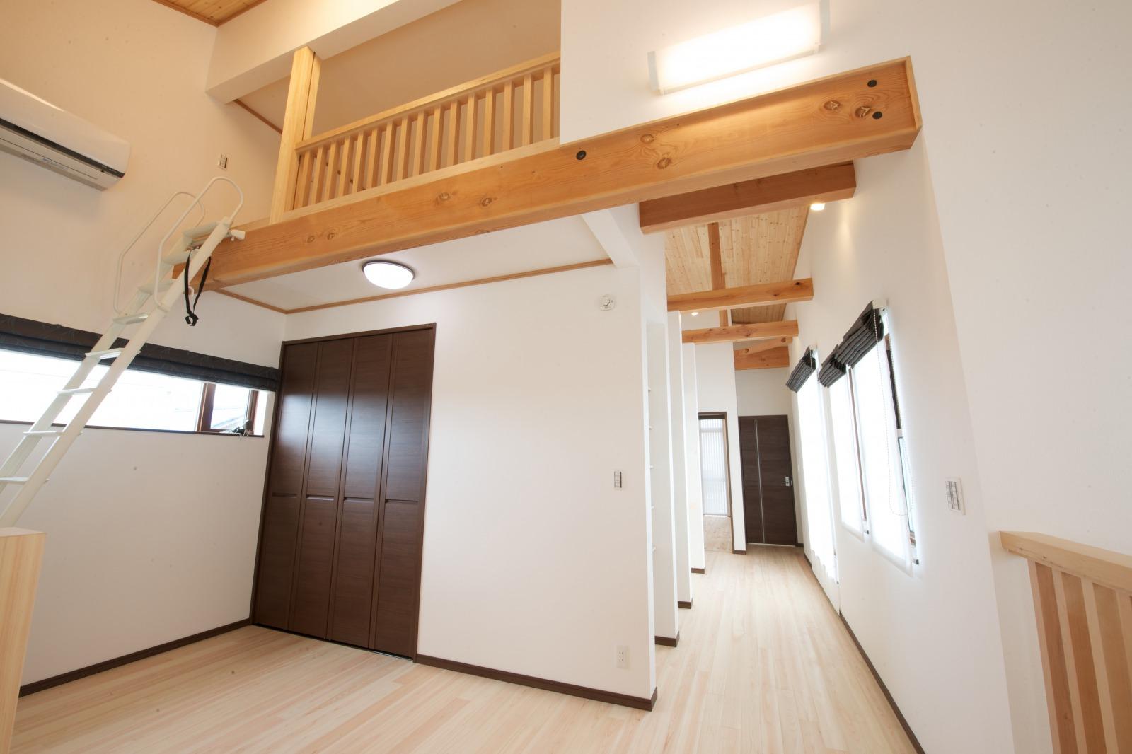創住環【子育て、自然素材、間取り】ロフトを設けて収納スペースを確保。常に家の中がすっきりとした見た目に