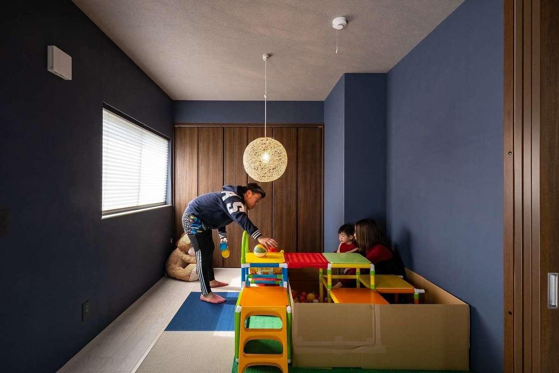 イデキョウホーム【デザイン住宅、省エネ、間取り】配色がおしゃれな畳スペース。紺色の壁紙を全面に使用し、足元も壁紙に合わせてコーディネートすることで空間にまとまりが生まれた
