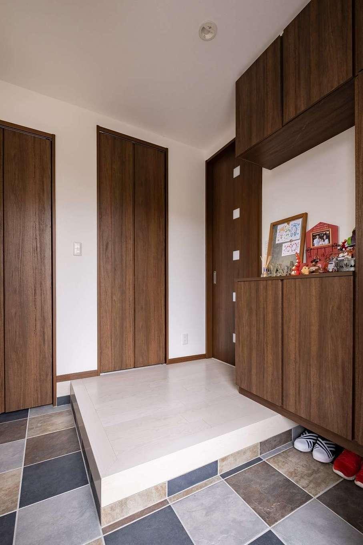 イデキョウホーム【デザイン住宅、省エネ、間取り】明るく落ち着いた玄関は収納も十分。床のタイルがアクセントに