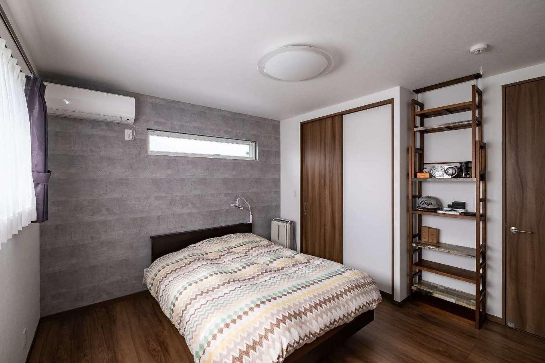 ハイセンスで落ち着ける雰囲気の寝室 壁の一面だけをアクセントクロス