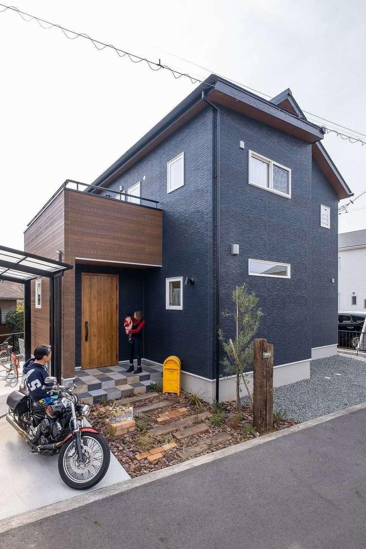 イデキョウホーム【デザイン住宅、省エネ、間取り】紺色と木目調のコントラストがモダンな外観。ご家族のこだわりがたくさん詰まった新居が完成した
