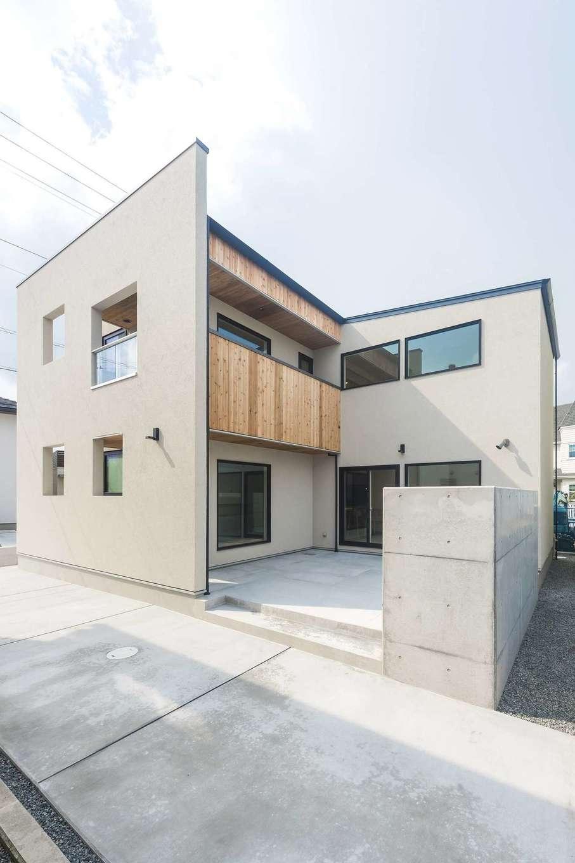イデキョウホーム【デザイン住宅、省エネ、間取り】白い外観で中庭のあるスタイリッシュなデザインハウス。たくさんの光と心地良い風が通り抜ける。季節を感じられる中庭の存在が、S邸の印象をより一層素敵に演出