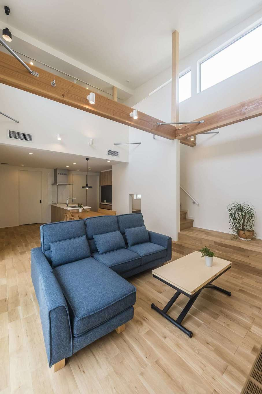 イデキョウホーム【デザイン住宅、省エネ、間取り】大きな吹き抜けが2階ホールまで繋がる開放感たっぷりのリビング。大空間にも関わらず、温度ムラもなく快適なのは「全館空調システム」搭載だから。24時間365日、風呂場やトイレまで家中の室温を20℃台にキープ