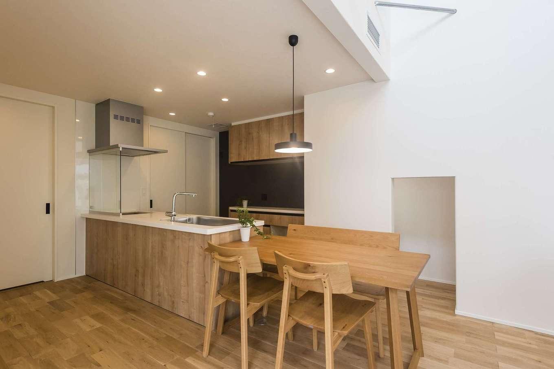 イデキョウホーム【デザイン住宅、省エネ、間取り】ダイニングとキッチンを横並びに配置。すっきりコンパクトで料理の配膳が楽など、正面向きのダイニングテーブルとは違った便利さも。また、ダイニングテーブルの配置次第で、空間の広さも調節できる