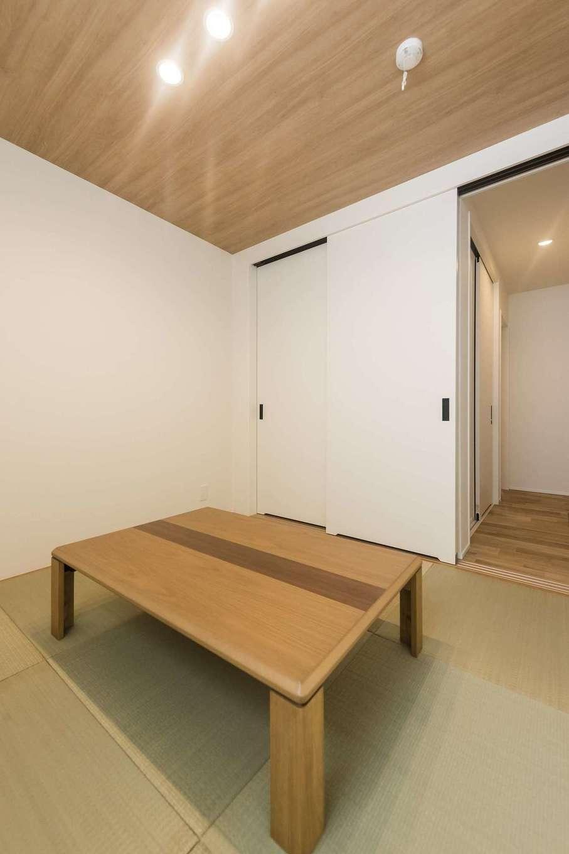 イデキョウホーム【デザイン住宅、省エネ、間取り】洋風仕上げで、リビングと同じ雰囲気をまとうモダンな和室。建具を白にまとめたことで、部屋全体も明るくすっきり。実際よりも広く感じられる
