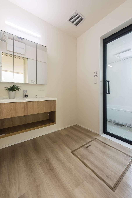 イデキョウホーム【デザイン住宅、省エネ、間取り】白い壁と木目のコントラストが目を引くシンプルな洗面台。カウンター下に収納を作らないのは、空間を広く感じさせる工夫。フローリングと洗面台の色を合わせることで空間にも統一感が生まれてスマートに